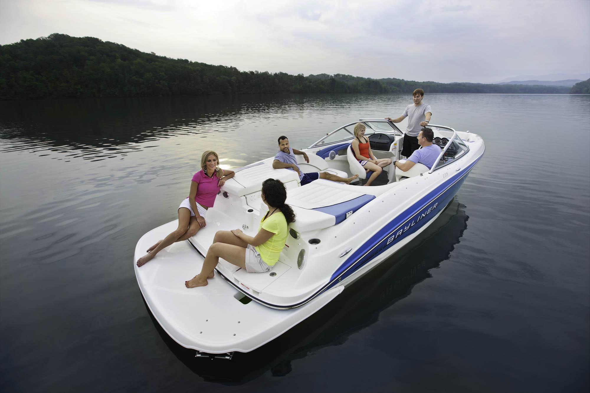 Какой катер подойдёт для прогулок по реке?